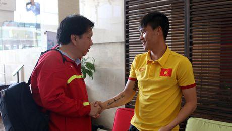 Truong doan Le Hoai Anh den tham va tang qua cho doi tuyen Viet Nam - Anh 1