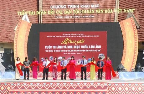 Khai mac trien lam anh ve Lang Van hoa - Du lich cac dan toc Viet Nam - Anh 2