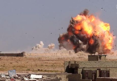 Clip xe bom tu sat: Vu khi tan ac cua IS o chien truong Syria, Iraq - Anh 1