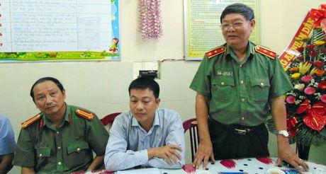 Trao tien ho tro Truong Mau giao Cam Nam nhan dip 20-11 - Anh 1
