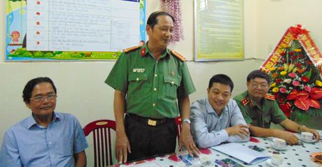 Trao tien ho tro Truong Mau giao Cam Nam nhan dip 20-11 - Anh 6