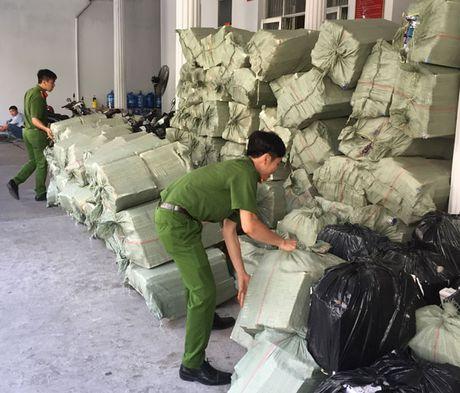 Phat hien 9 xuong may van chuyen 45.000 goi thuoc la nhap lau - Anh 1