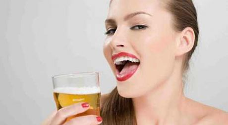 3 cach lam dep tu bia giup da trang boc ma khong can thoa kem - Anh 1