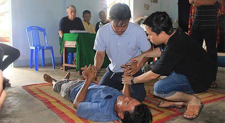 Nguoi Phap day cap cuu lan cho dan bien Quang Ngai - Anh 2