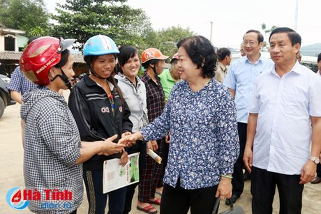 Nguyen Pho Chu tich nuoc Truong My Hoa tham ba con vung lu Ha Tinh - Anh 4