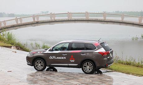 Mitsubishi Outlander - doi thu xung tam cua Mazda CX-5 - Anh 1