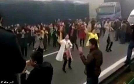 Tac duong qua lau, hang chuc nguoi bo xe nhay flashmob tren duong cao toc - Anh 4