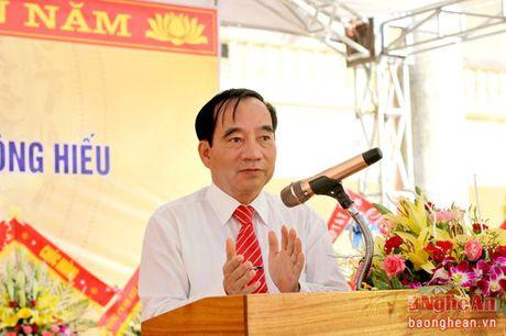 Lanh dao HDND tinh chuc mung truong THPT Dong Hieu nhan ngay 20/11 - Anh 2