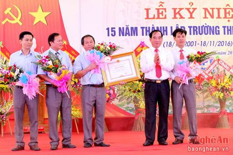Lanh dao HDND tinh chuc mung truong THPT Dong Hieu nhan ngay 20/11 - Anh 4
