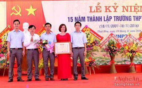 Lanh dao HDND tinh chuc mung truong THPT Dong Hieu nhan ngay 20/11 - Anh 5