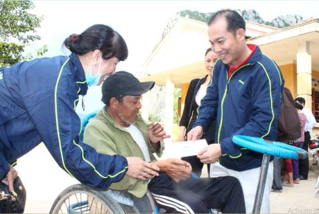 Cong doan Teakwang Vina trao hon 1 ty dong cho nguoi dan vung lu lut mien Trung - Anh 1