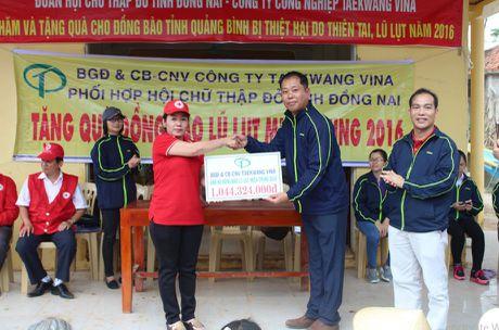 Cong doan Teakwang Vina trao hon 1 ty dong cho nguoi dan vung lu lut mien Trung - Anh 2