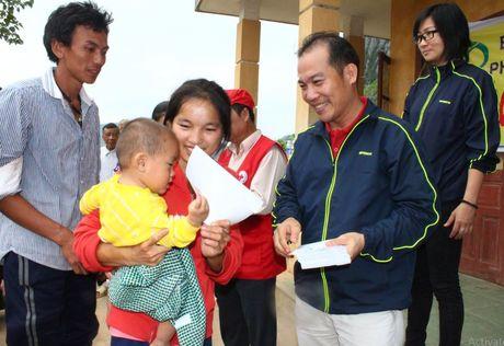 Cong doan Teakwang Vina trao hon 1 ty dong cho nguoi dan vung lu lut mien Trung - Anh 5