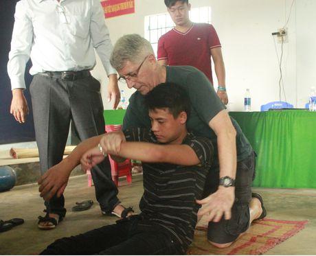 Dao tao cap cuu tai nan khi lan bien cho ngu dan Quang Ngai - Anh 1