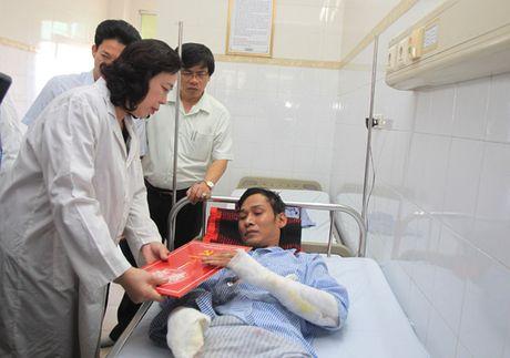 Lanh dao Thanh uy Ha Noi tham nan nhan bi bong do no tram bien ap - Anh 1