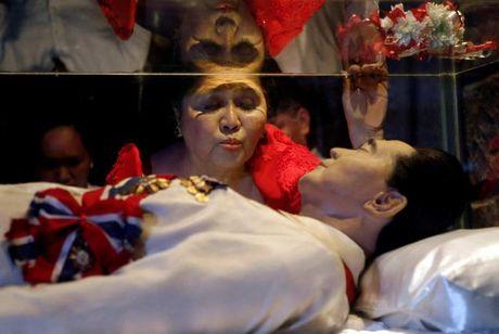 Di hai ong Marcos duoc mai tang o nghia trang anh hung - Anh 4
