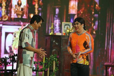 Gia Bao dien lai vai cua Hoai Linh trong Cuoi xuyen Viet - Anh 1