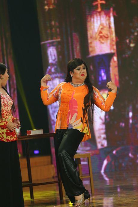 Gia Bao dien lai vai cua Hoai Linh trong Cuoi xuyen Viet - Anh 2