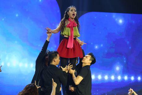 Gia Bao dien lai vai cua Hoai Linh trong Cuoi xuyen Viet - Anh 4