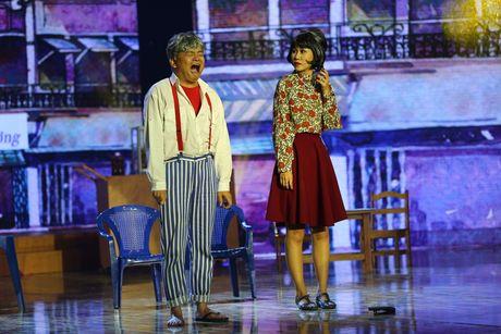 Gia Bao dien lai vai cua Hoai Linh trong Cuoi xuyen Viet - Anh 7