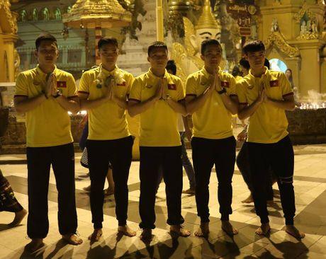 Tuyen thu Viet Nam di chua Vang cau may - Anh 4