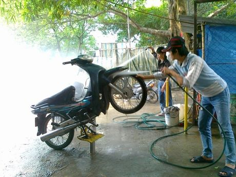 Tu 2017, co so rua xe phai nop phi nuoc thai - Anh 1