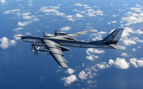 Nga trien khai may bay nem bom chien luoc Tu-95MS tan cong IS o Syria - Anh 1