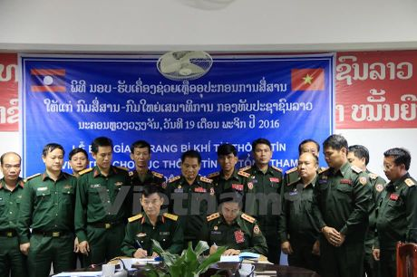 Viet Nam ho tro trang thiet bi, khi tai thong tin cho Quan doi Lao - Anh 2