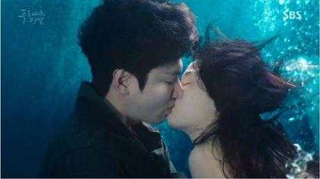 Lee Min Ho hon 'nang tien ca' Jeon Ji Hyun duoi bien - Anh 1