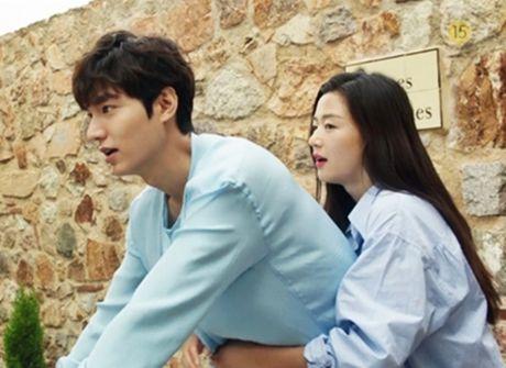 Lee Min Ho hon 'nang tien ca' Jeon Ji Hyun duoi bien - Anh 2
