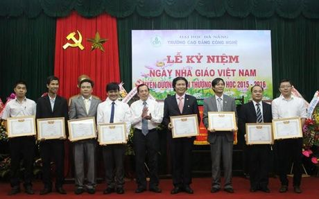 Truong CD Cong nghe (DH Da Nang): Don nhan Co thi dua cua Thu tuong - Anh 1