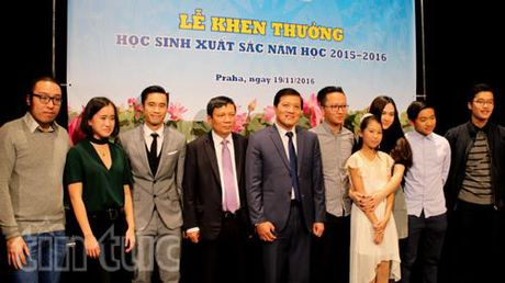 Dai su Truong Manh Son khen thuong cac tai nang tre Viet Nam tai Sec - Anh 1