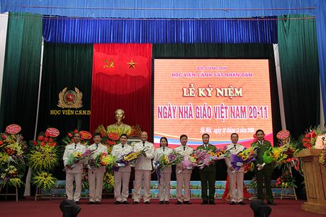Pho thu tuong Truong Hoa Binh du Le Mit tinh ky niem Ngay Nha giao Viet Nam tai Hoc vien CSND - Anh 4
