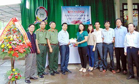 Tang 50 trieu dong va trang thiet bi day hoc cho Truong Mau giao Cam Nam - Anh 1