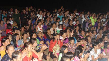 Bao Tien Phong tang qua hoc sinh ngheo va tri an giao vien tai huyen Ky Anh - Anh 10