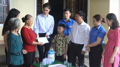 Bao Tien Phong tang qua hoc sinh ngheo va tri an giao vien tai huyen Ky Anh - Anh 1