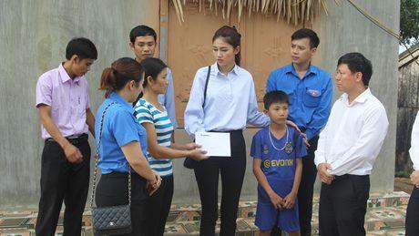 Bao Tien Phong tang qua hoc sinh ngheo va tri an giao vien tai huyen Ky Anh - Anh 6