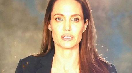 Angelina Jolie hoc hac trong lan dau lo dien sau khi ly hon voi Brad Pitt - Anh 1