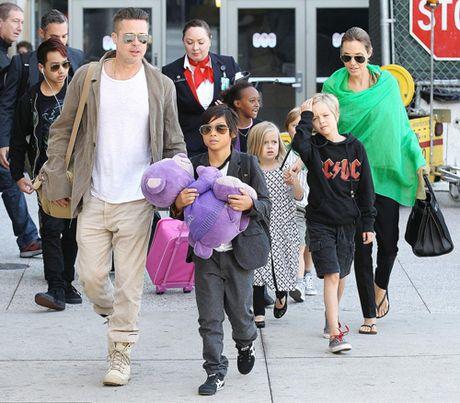 Angelina Jolie hoc hac trong lan dau lo dien sau khi ly hon voi Brad Pitt - Anh 2