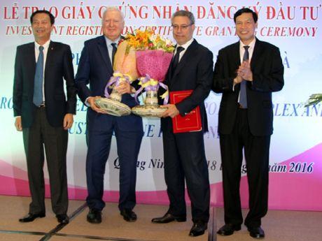 Quang Ninh: Trao Giay chung nhan dang ky dau tu du an tri gia hon 300 trieu USD - Anh 1