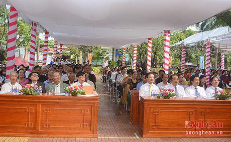 Truong Ban Tuyen giao Tinh uy chuc mung truong THPT Quynh Luu 1 - Anh 1