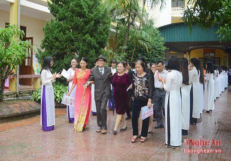 Truong Ban Tuyen giao Tinh uy chuc mung truong THPT Quynh Luu 1 - Anh 2