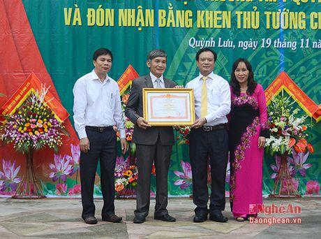 Truong Ban Tuyen giao Tinh uy chuc mung truong THPT Quynh Luu 1 - Anh 3