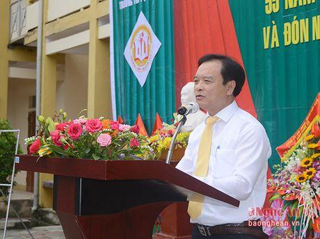 Truong Ban Tuyen giao Tinh uy chuc mung truong THPT Quynh Luu 1 - Anh 4