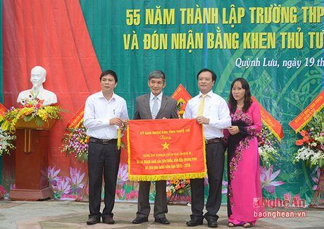 Truong Ban Tuyen giao Tinh uy chuc mung truong THPT Quynh Luu 1 - Anh 5