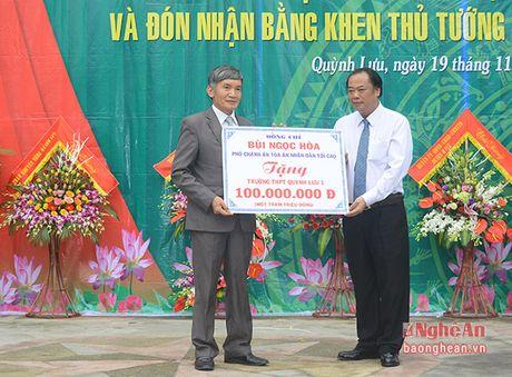 Truong Ban Tuyen giao Tinh uy chuc mung truong THPT Quynh Luu 1 - Anh 6