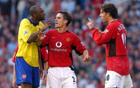 Gary Neville va doi hinh xuat sac nhat cua... Arsenal - Anh 2