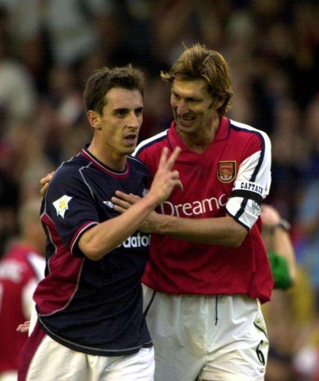 Gary Neville va doi hinh xuat sac nhat cua... Arsenal - Anh 4