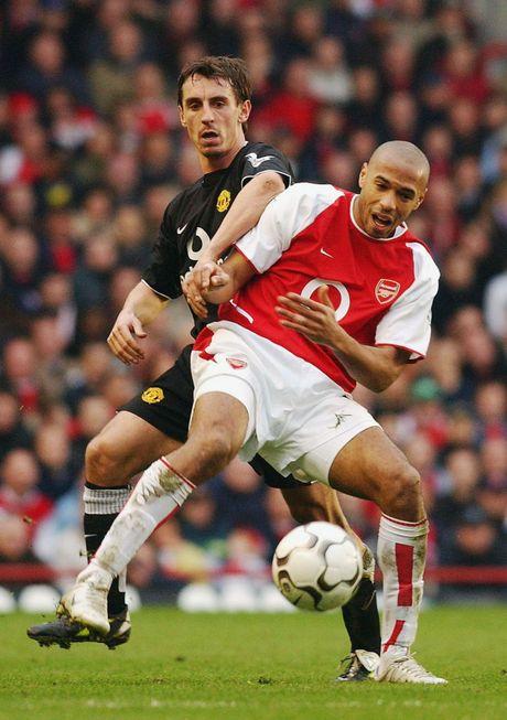 Gary Neville va doi hinh xuat sac nhat cua... Arsenal - Anh 5