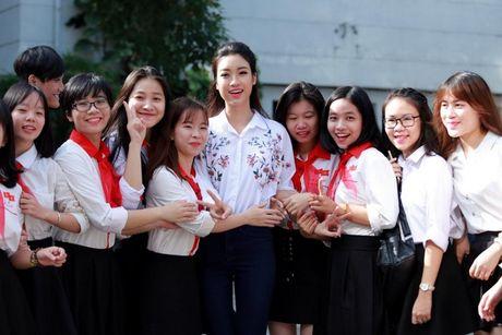 Hoa hau Do My Linh: 'Vui khi duoc thay co doi xu binh thuong' - Anh 1